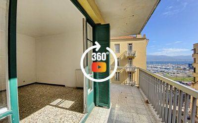 En Corse à Ajaccio, dans la montée Saint Jean en bas du Cours Napoléon, un F3 de 74 m² vue mer
