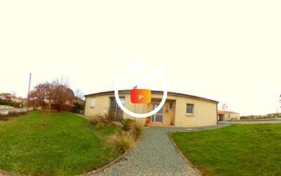 Maison plain-pied, 3 CH, double garages, préau, village au calme